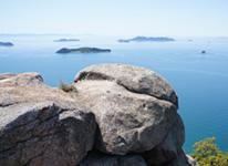 写真白石島で奇岩・巨石を廻ってハイキング